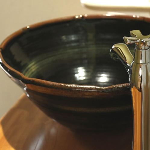 【旧館和室洗面所】陶器の手洗い鉢。落ち着いた雰囲気の和室です。