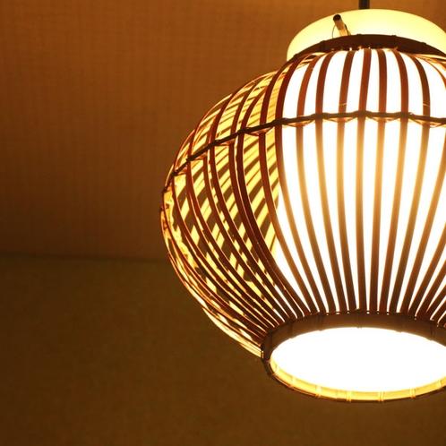 暖色の灯りで寛げる空間を演出。