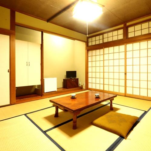 【旧館和室10畳】少し古めのお部屋ですが、ゆっくりお寛ぎいただけます。