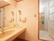 特別室 バスルーム入口 洗面化粧台