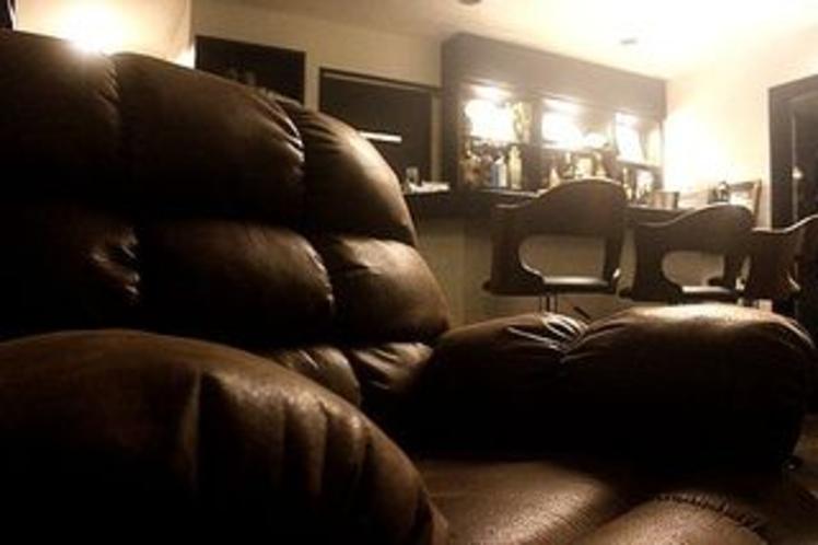 大ぶりのダイニングソファは揺れるロッキングソファ。