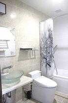 (客室Forest)外国を思わせる総タイル貼りのバスルーム