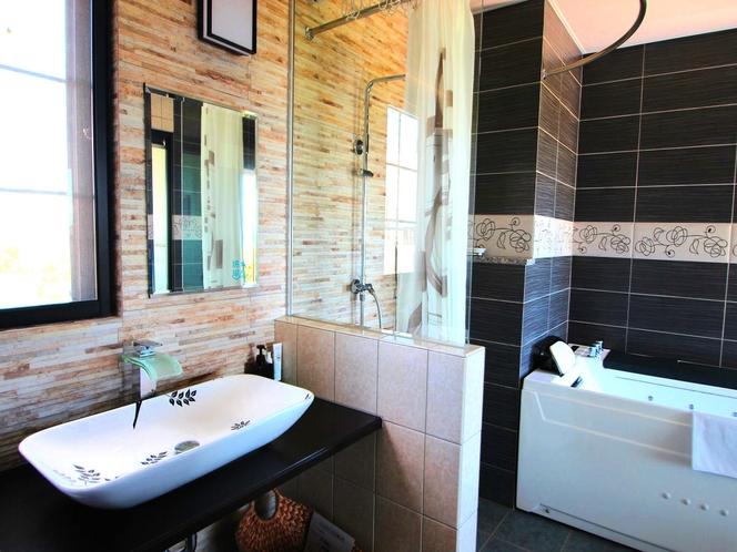 (客室Lagoon)外国風タイルのガラス張りバスルーム