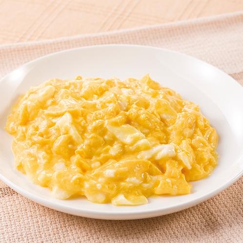 バターの風味たっぷりのオリジナルレシピでつくられたスクランブルエッグ。パンやワッフルとも相性抜群。