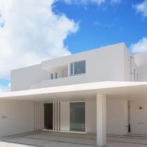 【外観】正面からの外観風景、白を基調とした建物は青空との相性もバッチリ