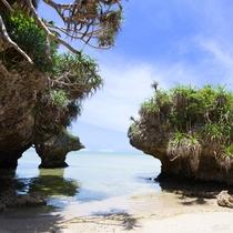 【海岸】裏の海岸までは徒歩2分、青い海とゆったり流れる島時間