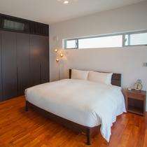 【寝室】主賓室にはキングサイズのダブルベッドを設置