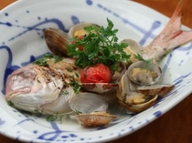 【お魚料理一例】鯛の丸ごとアクアパッツァ