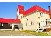 赤い屋根が目印のプチホテルメロン