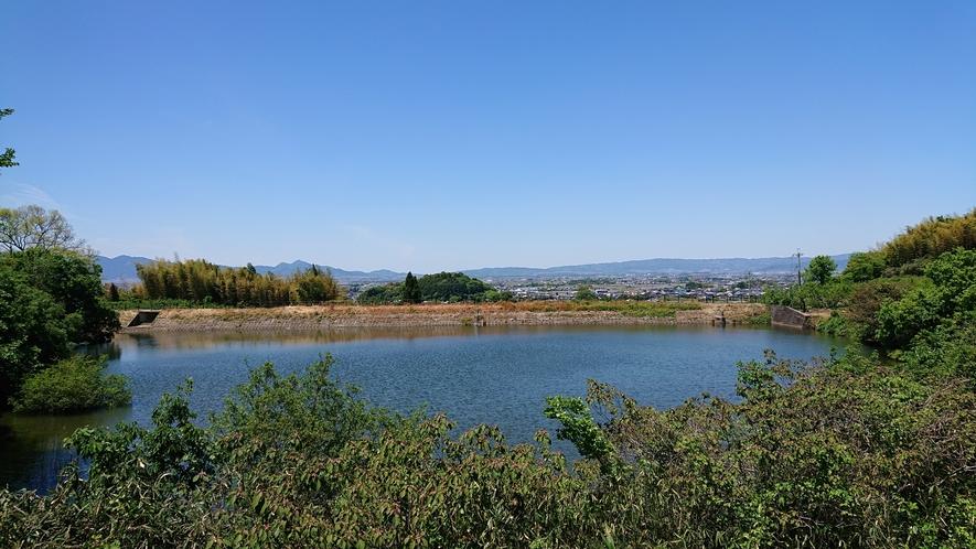檜原神社から二上山を望む。