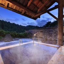 【男性露天風呂】屋根つきのお風呂で温泉をゆっくりご堪能ください