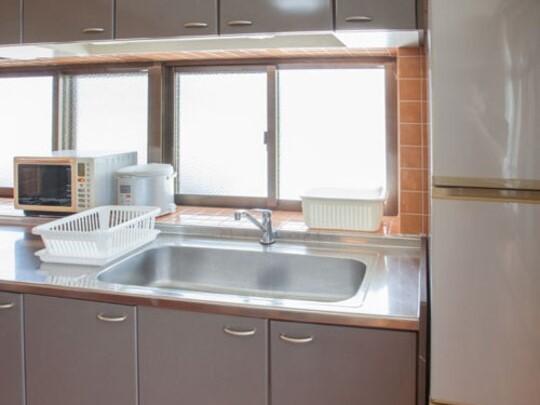 キッチンには大型冷蔵庫、調理器具を設置