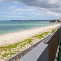客室からの素晴らしい景色。屋嘉ビーチの向こうには勝連半島・平安座島・宮城島・伊計島を遠望できます