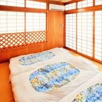 和室には布団3組あり。合計大人5名様(+幼児2名様)ご宿泊可能。