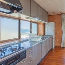 キッチンルーム(窓を開ければ海を望む)