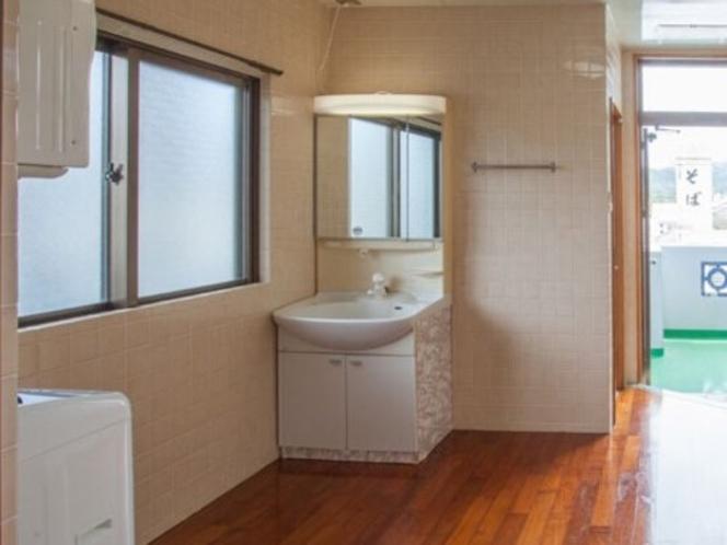 キッチンからお風呂へ続く家事室には洗濯機と乾燥機あり