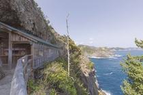 伊豆半島最南端の石室神社。断崖建つ。