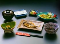 伊豆名産のひものを中心としたヘルシー志向の朝食例です