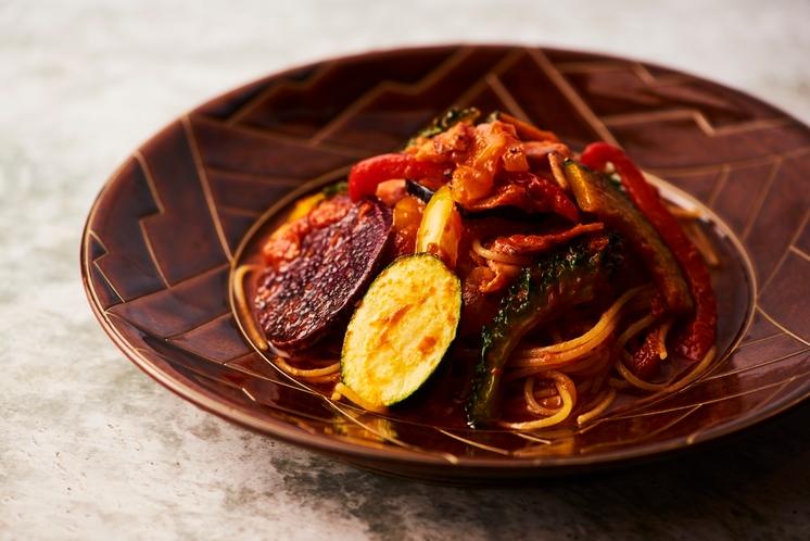 オキナワ野菜のナポリ風トマトパスタ。