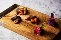 沖縄野菜の惣菜盛り合わせ。