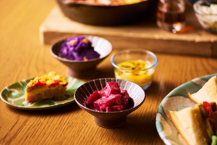 前菜をやちむん、琉球ガラスでご提供。見ても楽しいです!