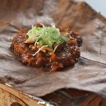 【朝食一例】飛騨の郷土料理「朴葉味噌」はご飯が進みます♪