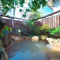 【露天風呂】成分の濃い温泉は、鉄分豊富で身体の芯まで温まり、湯上りのお肌はしっとりつるつる♪