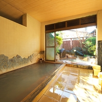 【大浴場】少し小さめのお風呂ですが、24時間温泉をお楽しみいただけます。