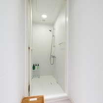 水周り共用の客室のフロアごとにあるシャワーブース