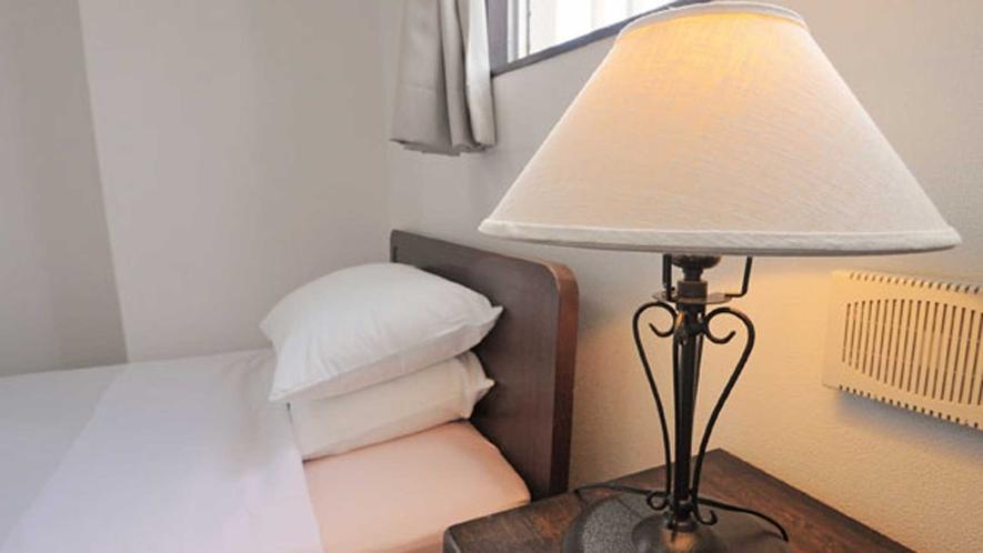 【洋室】優しい光のスタンドライトを設置しています