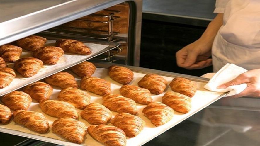 人気の焼き立てパン(バターの香りが口いっぱいにひろがって至福のひと時です♪)