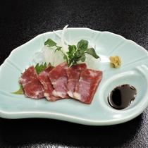 *【夕食】馬刺し~地元ならではの新鮮な味をお楽しみください。