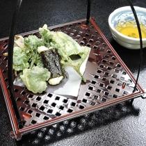 *【夕食】地元の山菜の旨みがつまった天ぷらです^^