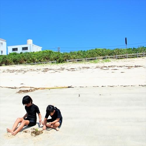 夏の日差しの屋嘉ビーチで遊ぶ