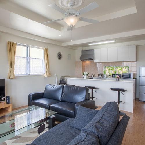 対面式キッチンにはバーカウンター3席設置