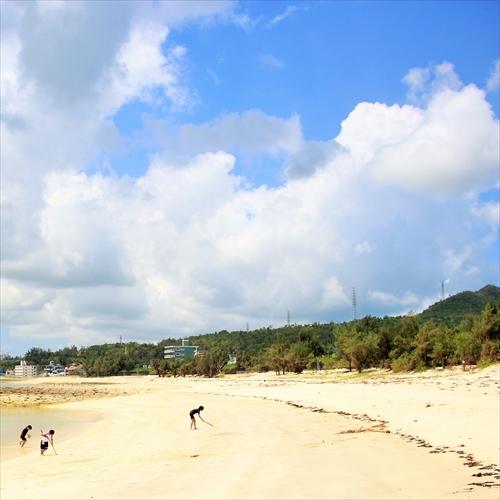 徒歩2分の屋嘉(ヤカ)ビーチと夏の雲