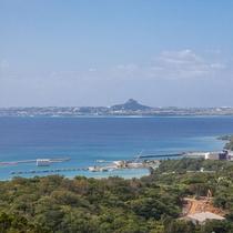 屋上の展望デッキから伊江島を望む
