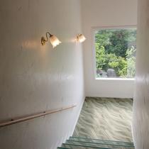 ホテル内階段にも緑色の木々と、柔らかな陽射しが差し込みます。