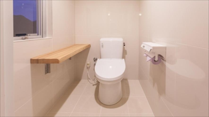 【スタンダードルーム】バスルームと洗面台からセパレートされたトイレルーム