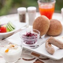 【朝食】アグー豚のソーセージなど味覚でも沖縄・本部を楽しむメニューをご用意