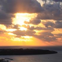 東シナ海に沈む夕日と瀬底島(12月撮影)