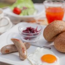 新鮮な地元素材を多用した朝食メニュー(食材は仕入により変わります)