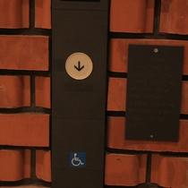 車いすの方と点字に対応したエレベーター