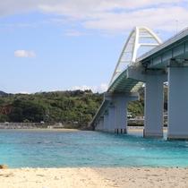 【瀬底大橋】 長さ762m。橋の下にもきれいな海が広がります。