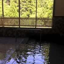 *温泉浴場一例/窓からのどかな山あいの景色を眺めて、のんびりとお入り下さい。