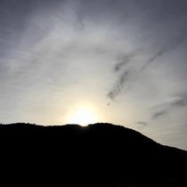 *周辺景色/当館目の前の山から昇る朝陽。