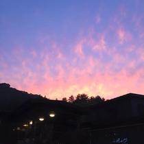 *周辺景色/当館より望む夕焼け。こんなに素晴らしい景色を見られることも♪
