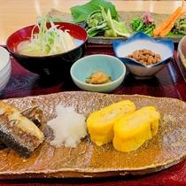 【お食事】《ご朝食》一例:手作りの玉子焼きや地場の山菜など彩り豊かな手作り和朝食。