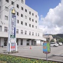 *【ホテル外観】宿毛街道沿いに立地。無料駐車場40台分完備しております