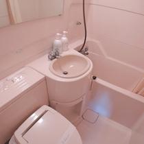 *洋室全室と和室4畳・和室9畳にはユニットバスを完備